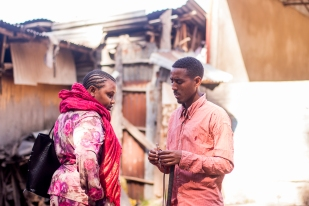 """""""They know me around here as 'Abe, the businessman'. This lady wanted to buy a phone, and it turned out I had the exact model she was looking for."""" """"የሚያውቁኝ ሰዎች 'አቤ ነጋዴው' እያሉ ይጠሩኛል፡፡ ይህች ሴት ሞባይል ልትገዛ ፈልጋ ነው ያገኘችኝ፡፡ በአጋጣሚ የምትፈልገውን ሞባይል እራሱን ይዤ ነበር፡፡"""""""