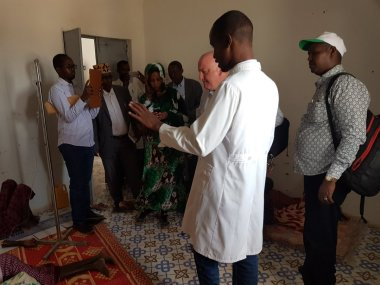 Dr. Mohamed of ‪Cadaado Hospital in the Galguduud Region briefs visiting UN and relief staffs on acute watery diarrhea cases related to the drought. Water shortages mean that citizens are sometimes forced to rely on unclean water sources, causing illnesses.
